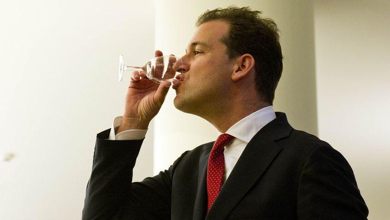 Wethouder Asscher neemt even pauze na de persconferentie waarin hij bekend maakte dat hij de hoofdstad verruilt voor het vicepremierschap en een ministerspost in het kabinet-Rutte II. Beeld ANP