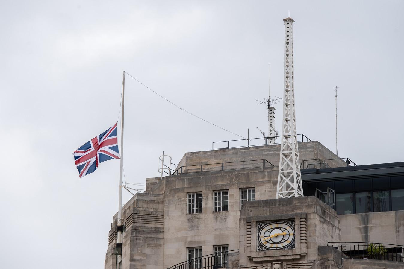 De Britse vlag hangt halfstok aan het BBC-gebouw in Londen.