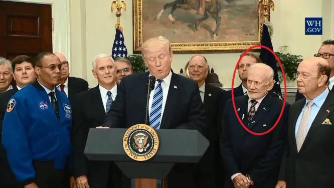Hilarisch: het gezicht van astronaut Buzz Aldrin tijdens speech van Donald Trump over ruimte