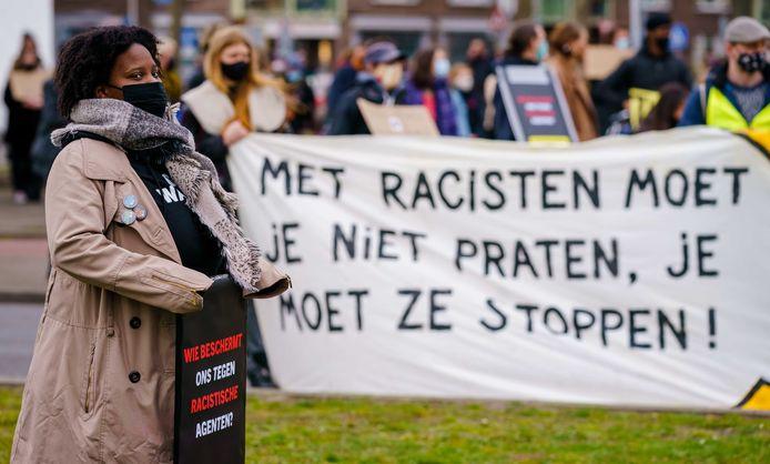 Actievoerders tijdens het protest bij politiebureau Marconiplein tegen racisme bij de politie, waarin om strengere maatregelen tegen de agenten wordt gevraagd.
