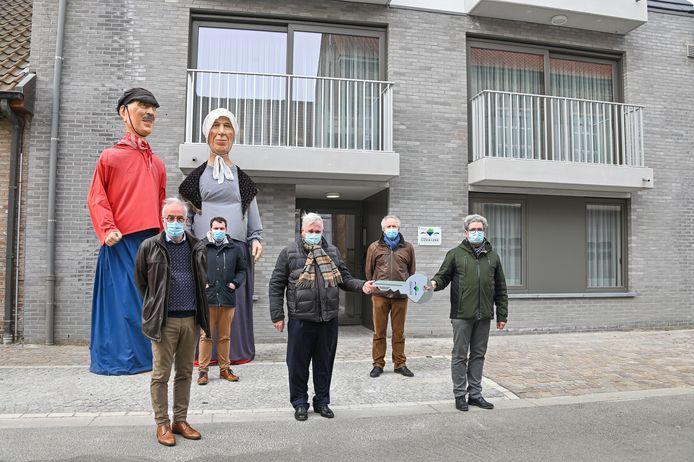 Het eerder dit jaar ingehuldigde woonproject Ko en Liza, uitgebeeld door het reuzenpaar, in Oostduinkerke.