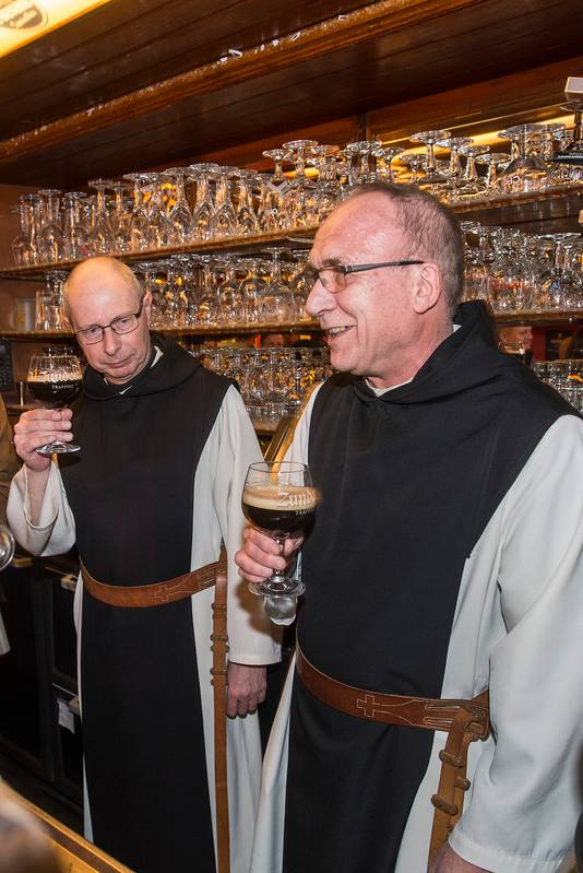 Broeder Guido (links) en broeder Christiaan hebben hun nieuwe creatie Zundert 10 getapt in café De Beyerd.