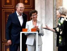 Ontroerde Beatrix reikt Zilveren Anjer uit aan Joop en Janine van den Ende: 'We hebben een goede relatie, al klinkt dat misschien wat gek'