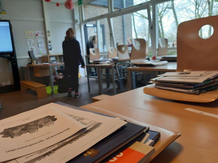 Het schoolwerk ligt klaar bij De Kikkenduut. De kinderen kunnen thuis aan de slag.