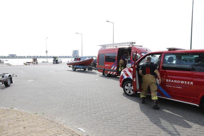 De brandweer rukte met meerdere wagens en een reddingsboot uit naar de Binnenschelde.