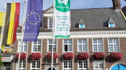 Vlag tegen kernwapens wappert aan gemeentehuis