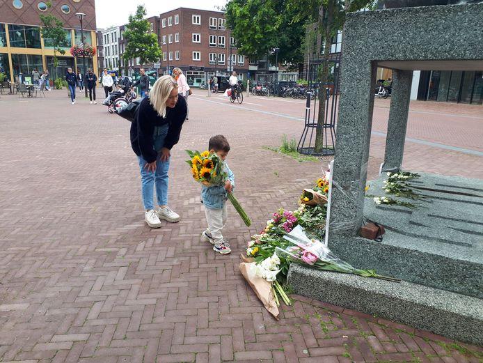 Semmy Supusepa legt bloemen voor Peter R. de Vries bij het oorlogsmonument op het Audrey Hepburnplein in Arnhem.