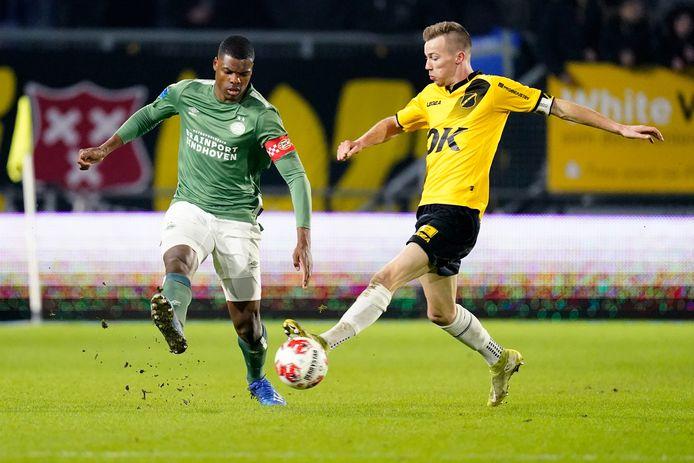 Arno Verschueren in duel met PSV'er Denzel Dumfries.