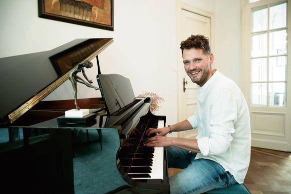 """Orry aan de piano, die hij als huwelijkscadeau kreeg van zijn ouders. Hij is muzikaal aangelegd. """"Op mijn vijftiende heb ik nog in een bandje gespeeld."""""""