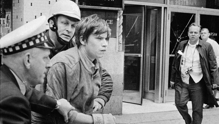 Lid van terreurgroep Weatherman wordt opgepakt in Chicago, 1969. Beeld AP