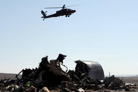 Een Egyptische helikopter vliegt over het gebied waar het vliegtuig neerstortte.