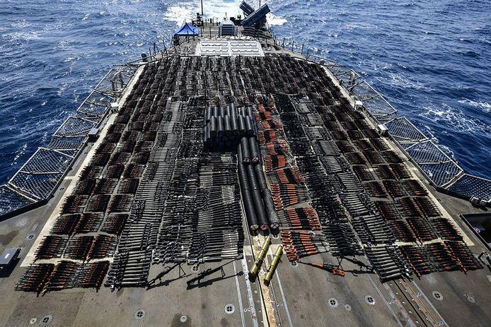 De wapens die het Amerikaanse oorlogsschip Monterey in beslag nam van een staatloos oorlogsschip.