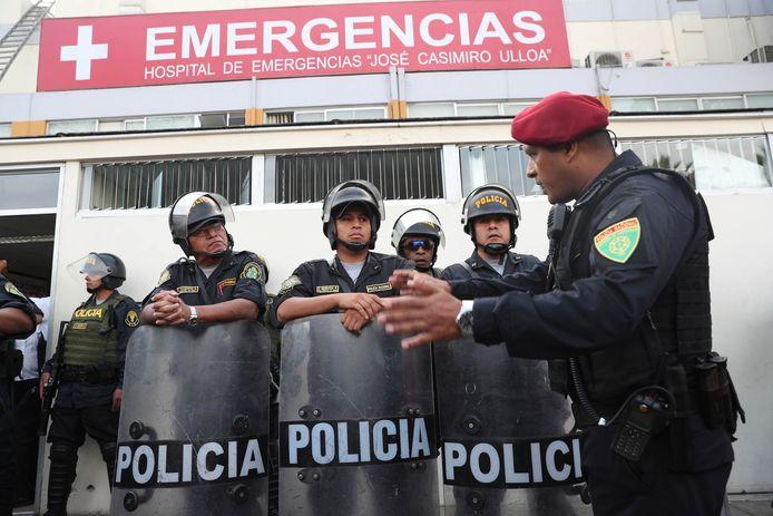 De politie bij het ziekenhuis waar de voormalige Peruaanse president was opgenomen.