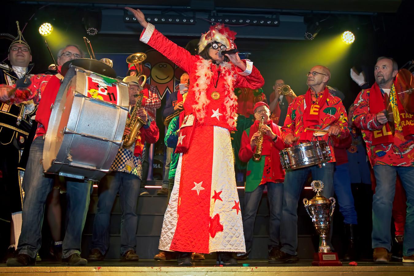 Bléérfêêst in de Avenue in Breda, waar het carnavalslied voor 2018 werd gekozen.  Tapkracht 11 kwam als winnaar uit de bus.