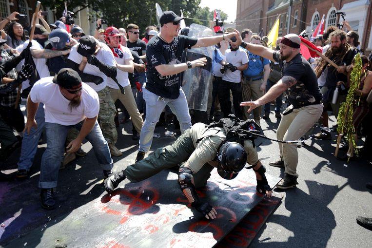 Extreemrechtse demonstranten clashen met tegenbetogers.  Beeld AFP