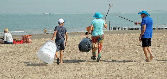 Een strandschoonmaakactie in Cadzand-Bad, een van de stranden van de gemeente Sluis.