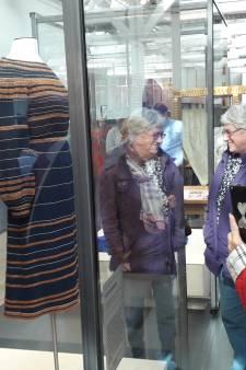 VIDEO: Publiek vergaapt zich aan mantel en japon Máxima in Textielmuseum