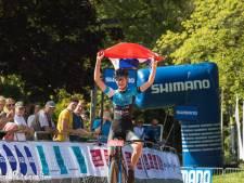 Apeldoornse Luna Cnossen pakt nationale titel op NK mountainbike bij junioren vrouwen