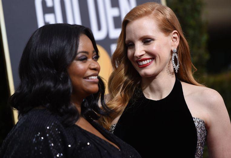 """Actrices Octavia Spencer (rechts) en een van Hollywoods meest openlijk feministische actrices, Jessica Chastain. """"We zijn hier voor de Time's Up-beweging. We zijn solidair"""", zei Jessica Chastain, die genomineerd is voor haar rol in de film 'Molly's game'."""