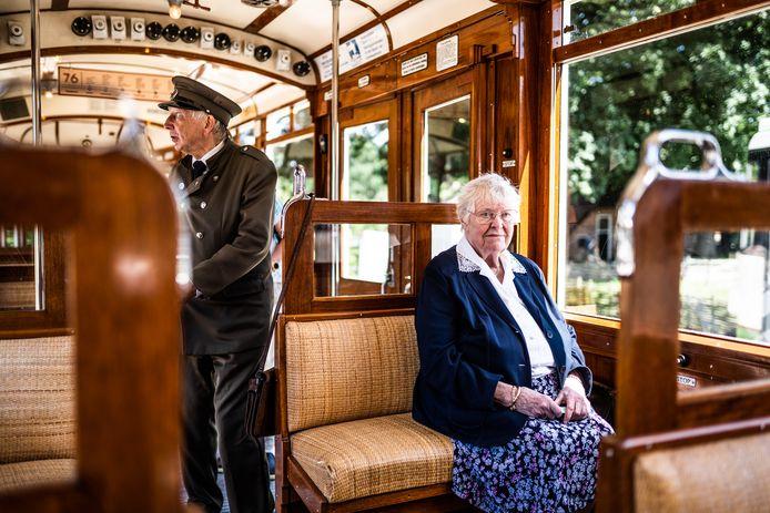 Wil Evers-Sanderse zit weer in de tram waarin ze als meisje naar school reisde. Links Guus Hoogewoud.