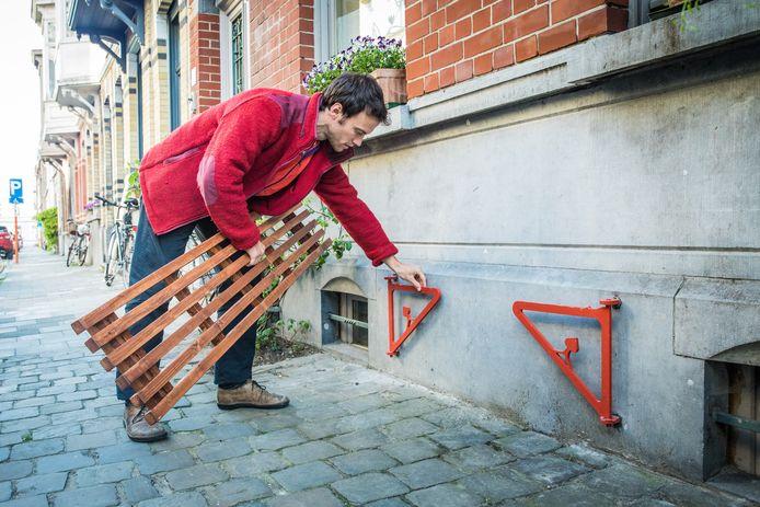 In Gent kunnen inwoners ook al een gelijkaardig systeem gebruiken. Als je de gevelbank niet gebruikt, kan je de bevestiging gewoon tegen de muur laten hangen.