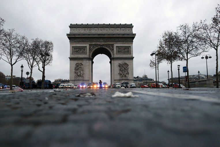 De Arc de Triomphe na een nieuwe betoging van de gele hesjes afgelopen weekend in Parijs. President Macron doet nu toch enkele toegevingen. Beeld Photo News