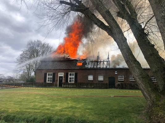 Zondag vloog de rieten kap van de boerderij Grutje aan het Groot Loo in brand.