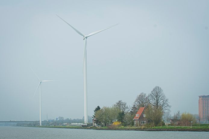 Hanny van Doorn woont pal onder één van de windmolens aan het kanaal in Houten. ,,Zónder maatwerkvoorschriften betekent veel stress en een hoge bloeddruk.''
