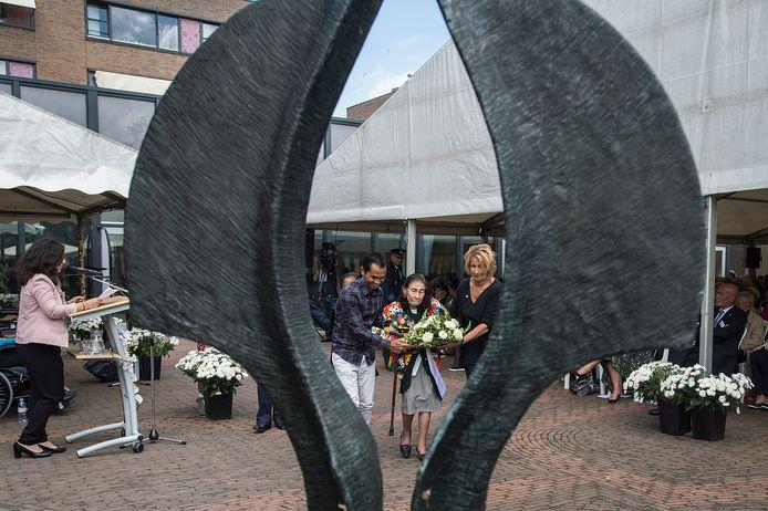 Tijdens de herdenking wordt een krans gelegd bij het monument in de achtertuin van woonzorgcentrum Raffy.