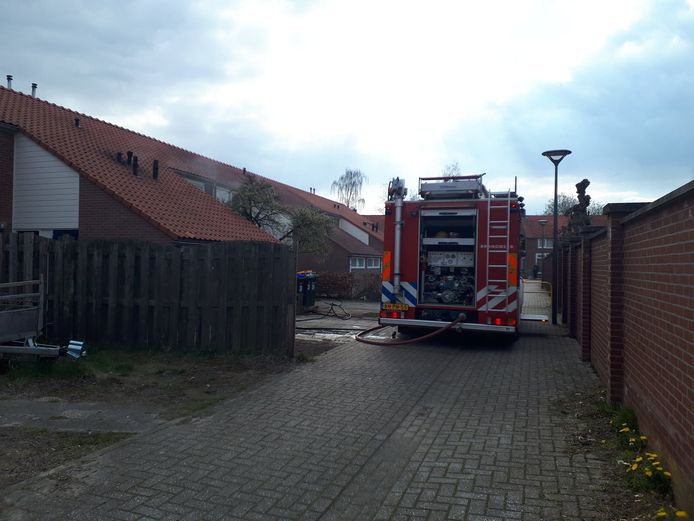 Agenten hebben een ruit in moeten slaan om een dreumes (1) te redden uit een woning aan de Alma in Winterswijk.