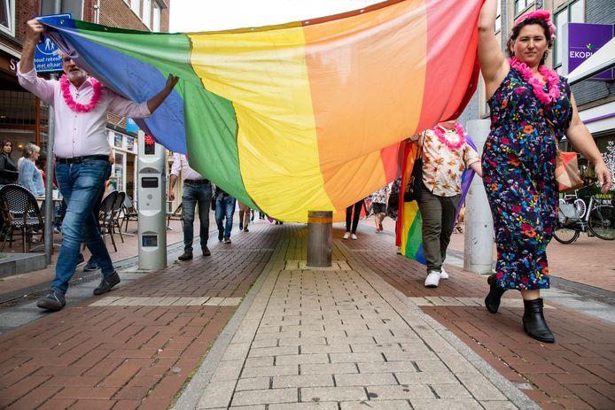 Roze Woensdag in Nijmegen in 2020. Ondanks dat er geen Vierdaagsefeesten waren, ging het COC door de stad met de regenboogvlag. foto Paul Rapp.
