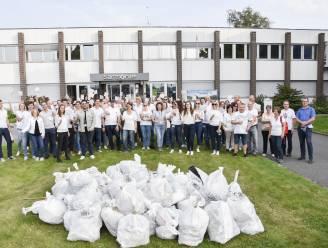 Personeel van Samsonite ruimt een pak zwerfvuil op tijdens World Cleanup Day