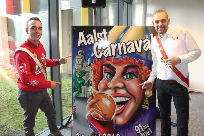 Massi en De Meyst bij de carnavalsaffiche.