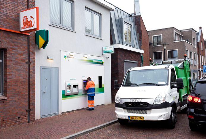 In het dorpshart van Breukelen staan veel pinautomaten, zoals hier op de Markt.