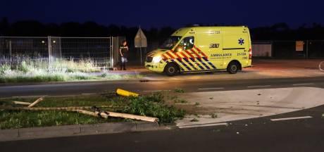 Man gewond na botsing tussen fietsers en auto in Uden, chauffeur (26) rijdt door