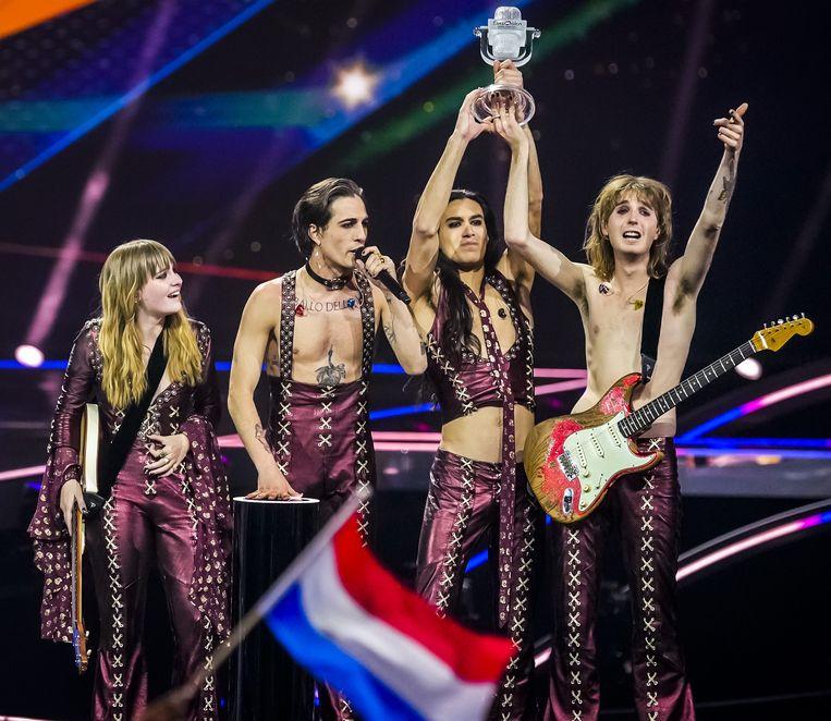 Måneskin viert de overwinning met de trofee op het podium. Een internetstorm over een niet bestaand 'snuif'-schandaal zou de vreugde temperen. Beeld ANP
