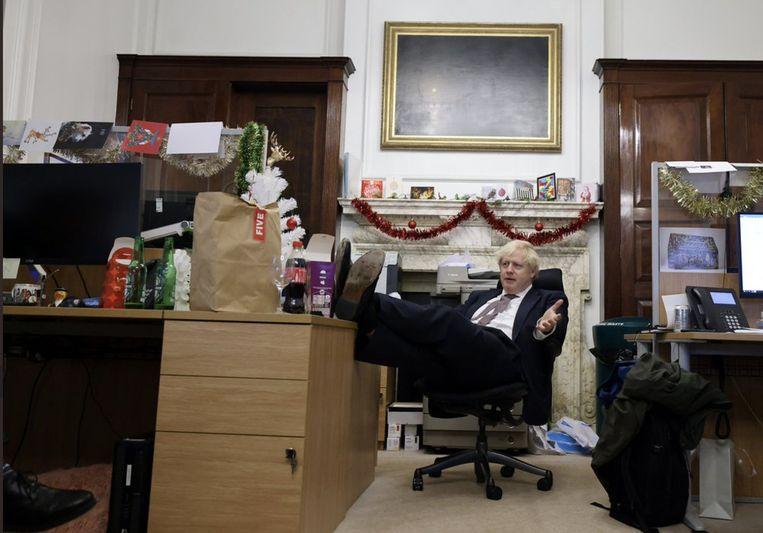 De Britse premier Boris Johnson hangt tevreden onderuit in Downing Street 10 na het Brexit-akkoord. Beeld