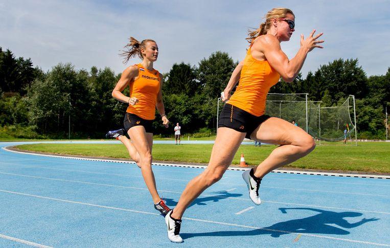 Dafne Schippers en Nadine Visser tijdens een training op de atletiekbaan op Papendal Beeld anp
