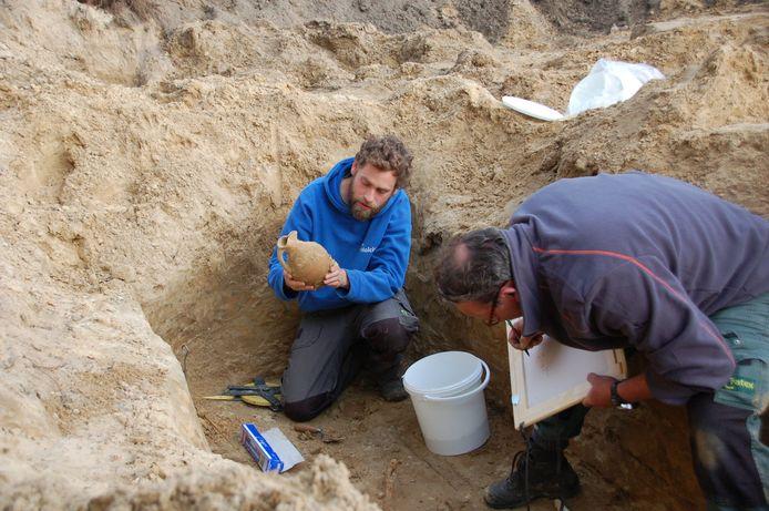 Archeologen vonden in 2013 bij opgravingen in Alphen onder meer dit gave kruikje.