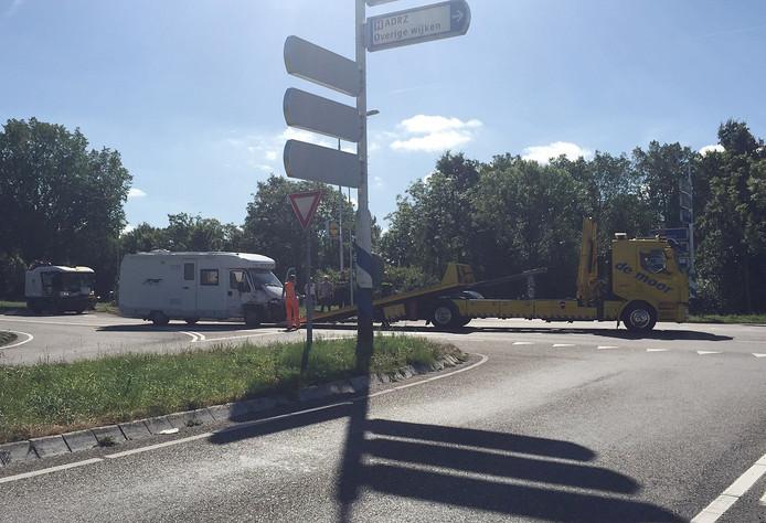 De camper die tegen een vrachtwagen reed, wordt weggesleept door een takelbedrijf.