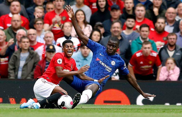 Chelsea-verdediger Kurt Zouma maait Marcus Rashford onderuit. Beeld Photo News