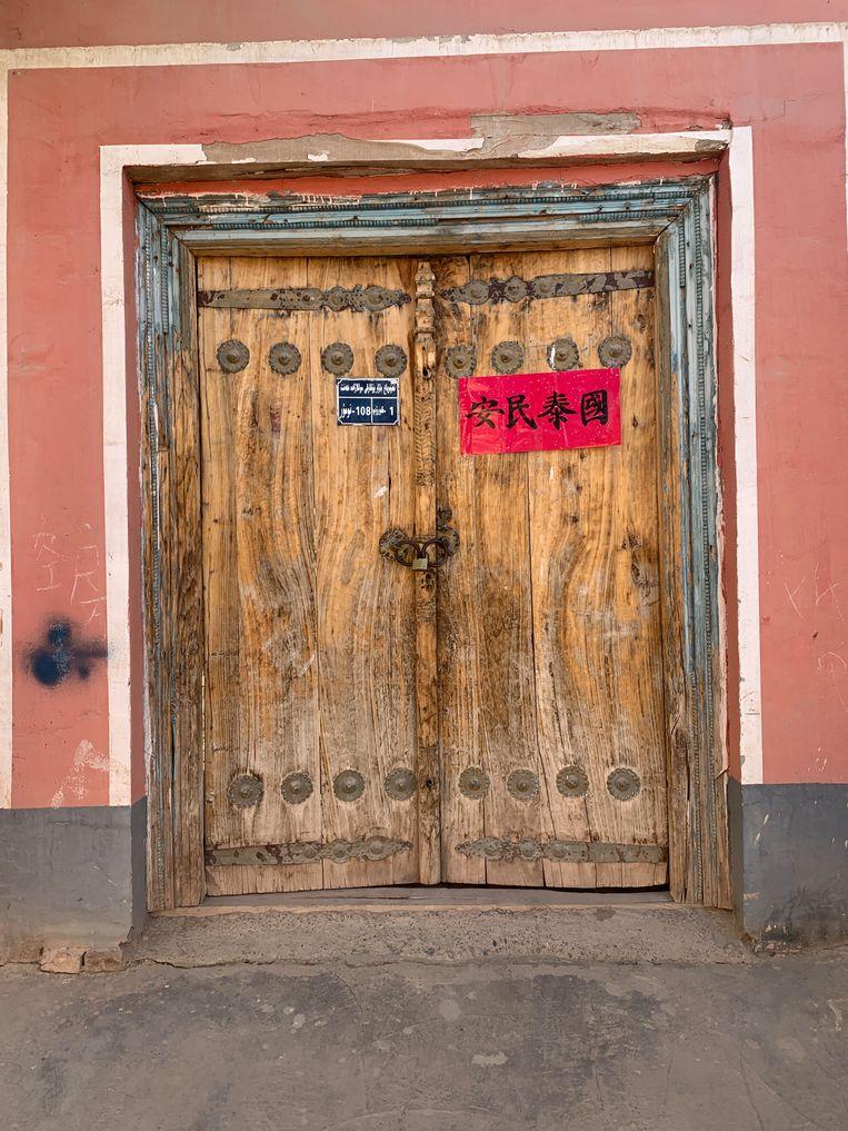 Een sticker op de deur met de tekst 'Vreedzaam huishouden'. Beeld Eefje Rammeloo