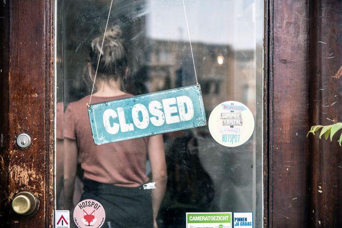 Bordje aan de deur van een horecazaak in Nijmegen. Cafés en restaurants blijven voorlopig nog dicht. Er is nog geen zicht op heropening van de horeca in deze tweede lockdown.