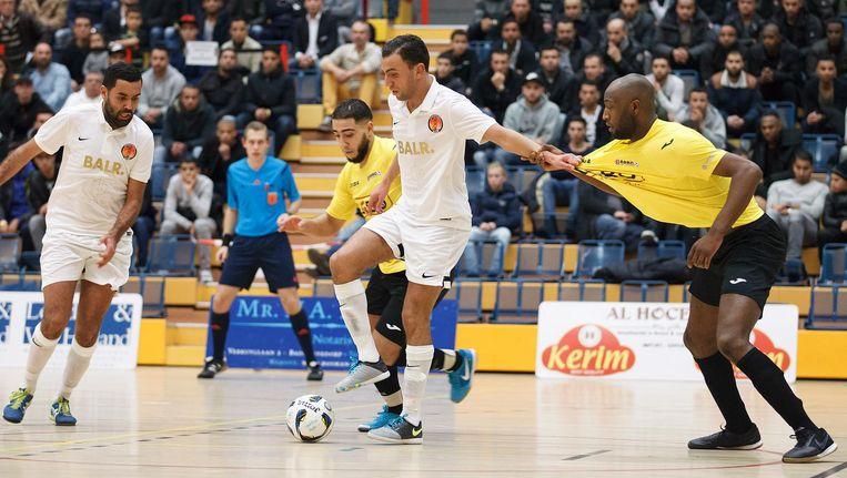 Een speler van 't Knooppunt trekt een tegenstander aan het shirt. Beeld Marcel Israel