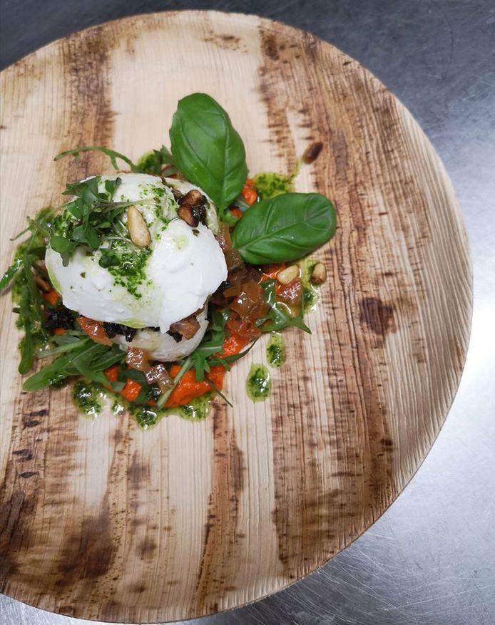 Afhaalgerecht van 't Lopend Vuurtje: buffelmozzarella, tomaat, basilicum, zwarte olijven en rucola.