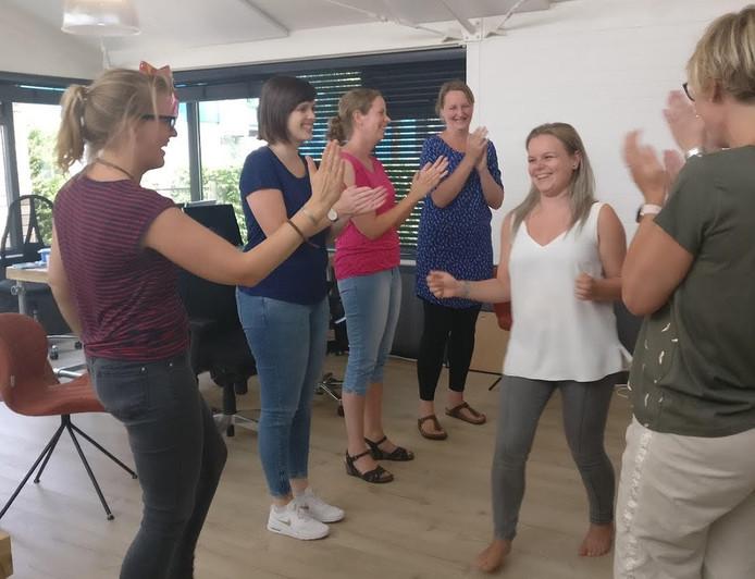 Deelnemers aan de mopperworkshop mogen hun grootste ergernis bemopperen waarna de rest op het einde van het verhaal gaat juichen.