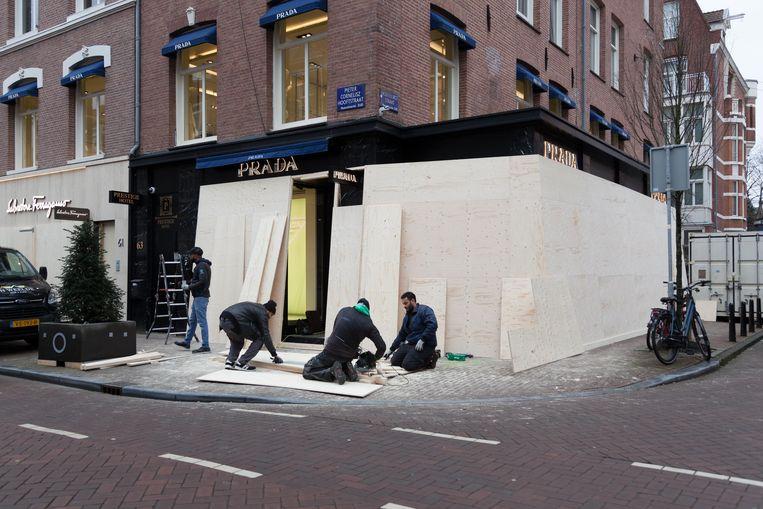 Ook bij de Prada in de P.C. Hooftstraat wordt de gevel dichtgetimmerd. Beeld Nina Schollaardt