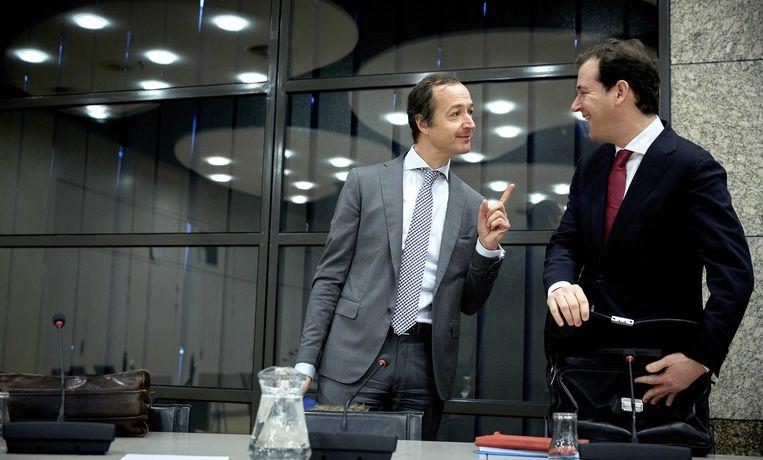 Minister Eric Wiebes (links) praat met Lodewijk Asscher (2015) Beeld ANP