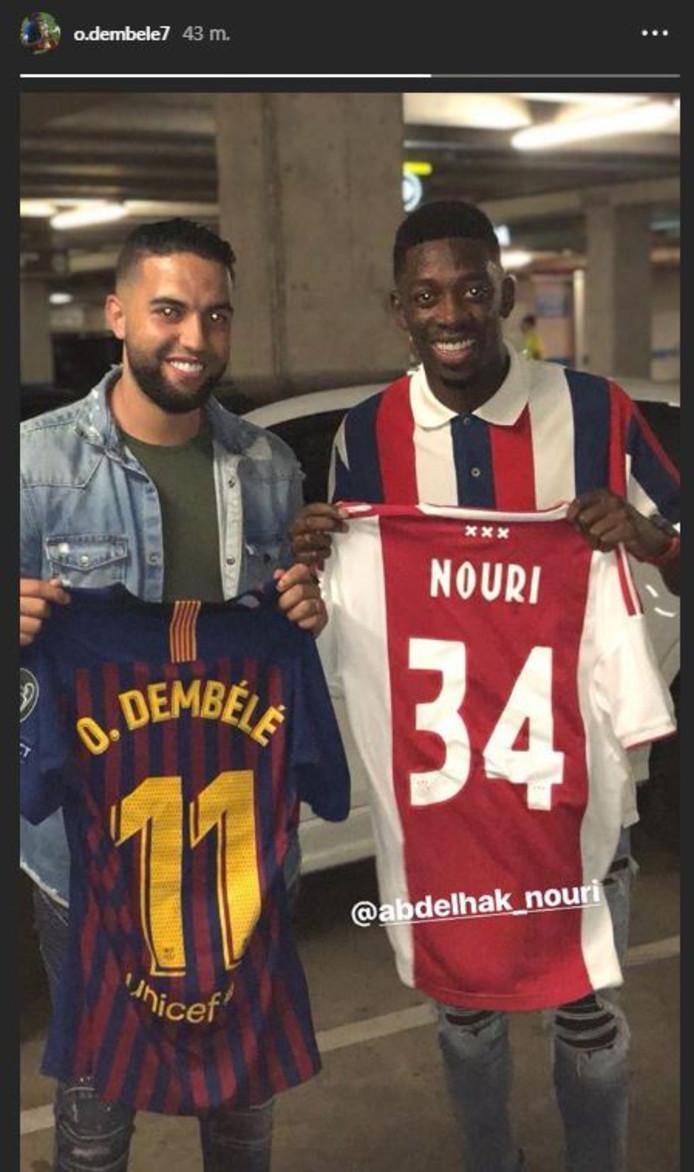 Barça-ster Ousmane Dembéle krijgt een shirt van Abdelhak Nouri van diens broer.