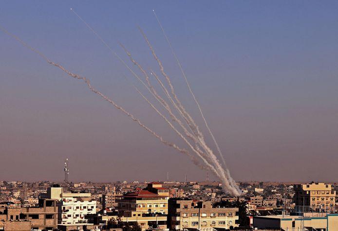 Raketten worden afgevuurd vanuit Gaza richting Israël.